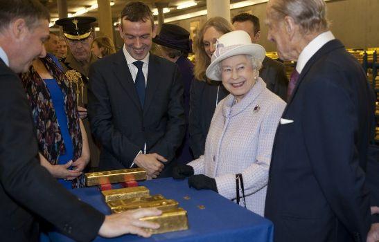 английская королева радуется золотым слиткам