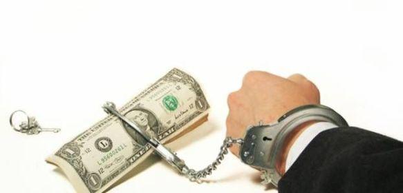 в наручниках с долларами