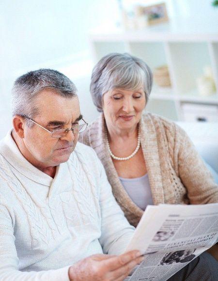пенсионеры с газетой